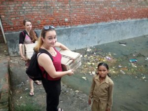 Natália with a young girl in India